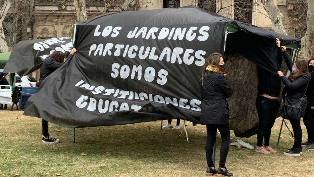 La carpa negra que las maestras jardineras montaron en plaza San Martín.