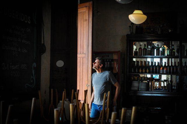 Franco  en el bar el Riel de Rosario, desde donde seis imágenes de sus