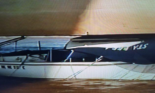 Los tripulantes fueron rescatados del velero que quedó atrapado en los cimientos del puente. (Foto Imagen TV)