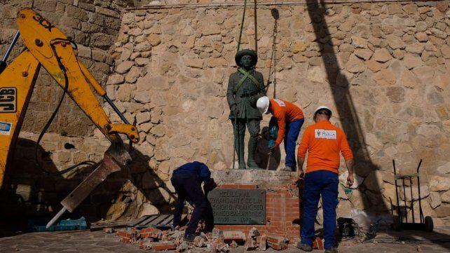 Retiraron la última estatua de Franco que quedaba en pie en España