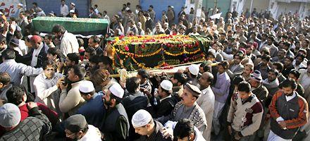 El gobierno paquistaní responsabilizó a Al Qaeda por el asesinato de Bhutto