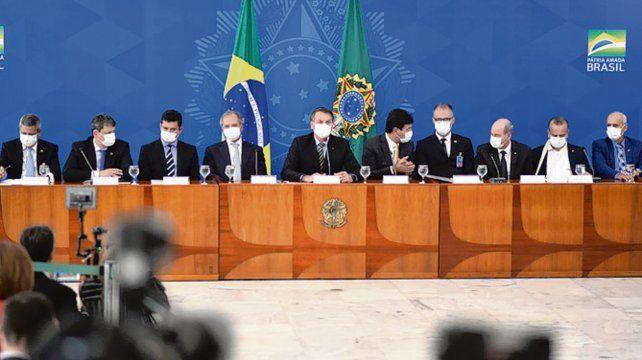 Barbijos. Bolsonaro y sus ministros en la conferencia de ayer.