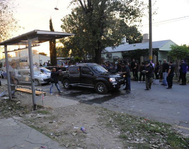 Escena fatal. La camioneta donde iban las víctimas fue atacada en la esquina de avenida Francia y Acevedo.
