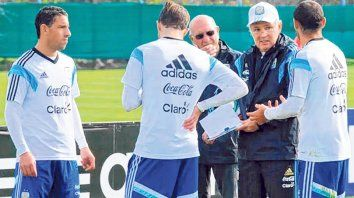 Palabra de profesor. Maxi Rodríguez escucha atentamente las indicaciones del técnico Alejandro Sabella, durante un entrenamiento de la selección argentina.