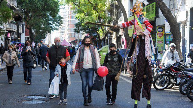 La calle San Luis se vistió de fiesta. Compras para las infancias