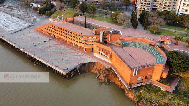 Las imágenes tomadas desde un dron permiten apreciar como la bajante del río carcomió la barranca.