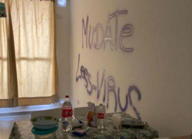 Pintado. Los ladrones dejaron en las paredes leyendas contra el coronavirus.