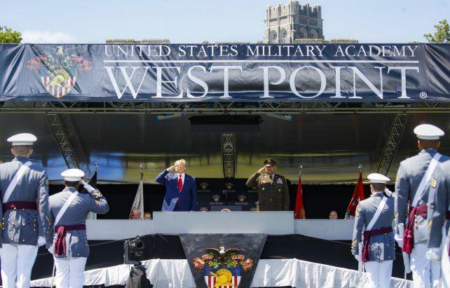 El mandatario hace el saludo marcial frente a los cadetes que se gradúan en la Academia militar.