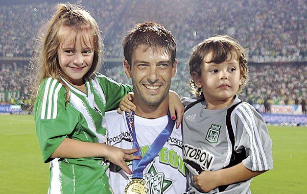 Pezzuti celebró en 2011 con sus hijos la conquista de la liga Postobón con la casaca de Nacional de Medellín