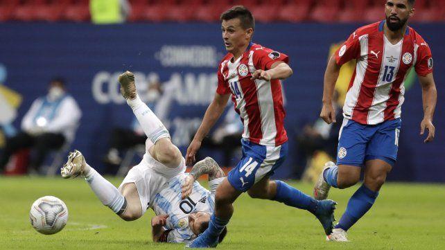 Lionel Messi cae durante el partido contra Paraguay en el estadio Nacional de Brasilia, Brasil, 21 de junio de 2021.Foto AP / Eraldo Peres