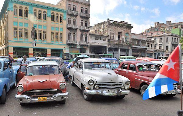 Almendrones. Los característicos autos de los 50 que colman La Habana dejarán paso a flamantes unidades.