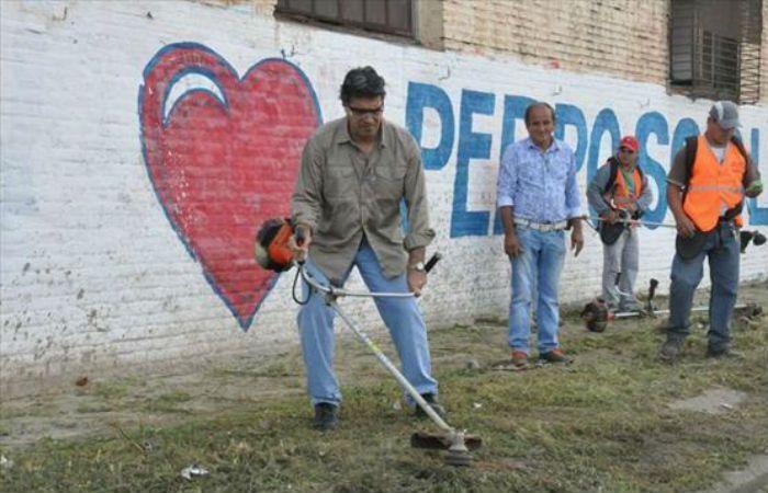 Capitanich se puso la ropa de trabajo y se lo vio cortando césped y limpiando un basural en su Resistencia. (Foto: gentileza Chaco Hoy)