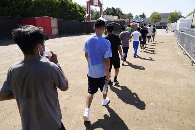 Menores en el refugio modelo de Pomona, California, uno de los 14 inaugurados bajo la administración Biden.