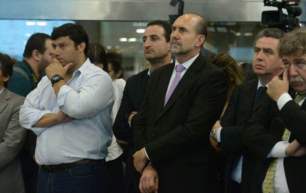 Todo un gesto. Perotti en el remate del primer lote de soja en la Bolsa.