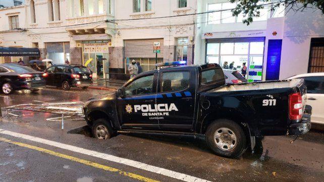 La parte delantera de un patrullero quedó atrapadoaen un corralito de Aguas Santafesinas.
