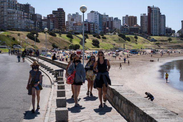 DÍA DE SOL. Jóvenes caminan por la costanera disfrutando de una jornada a pleno.