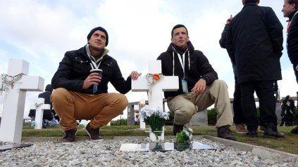 Familiares del combatiente Misael Pereyra en el Cementerio de Darwin.