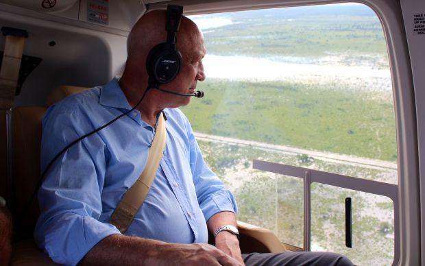 El gobernador recorriendo con el helicóptero las zonas afectadas por las lluvias en el norte provincial.