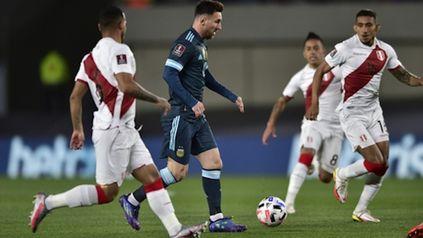 Lionel Messi, como siempre, rodeado de camisetas rivales.