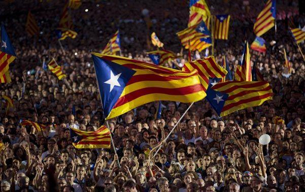 """Acto de cierre. Las banderas secesionistas o """"esteladas"""" en el masivo acto de clausura del oficialismo en Barcelona."""