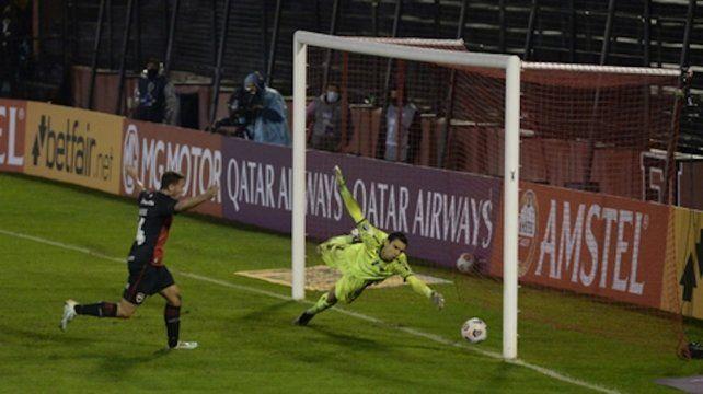Y va el tercero. Alexis Rodríguez festeja mientras ve que la pelota ingresa al arco