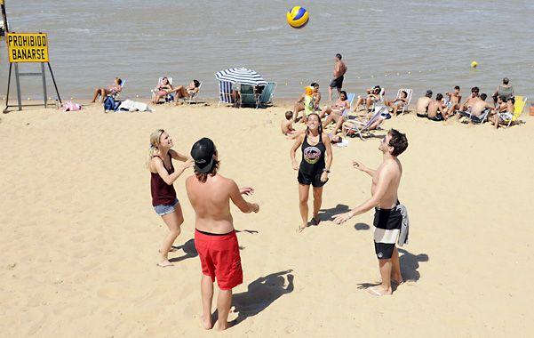 En la playa. La práctica de beach vóley se impone en la Rambla Catalunya