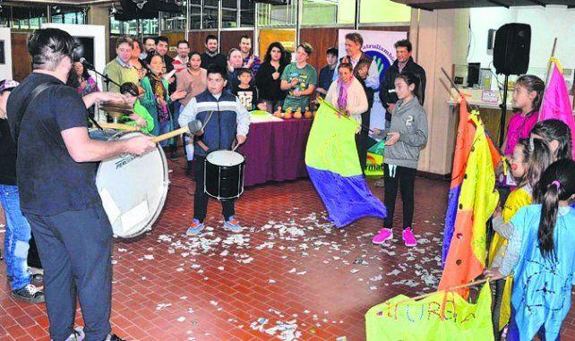 festejo. La murga del barrio Centenario se sumó a la celebración.