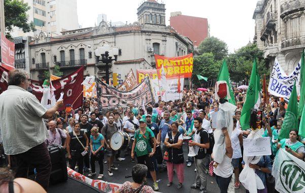 Los docentes rosarinos marcharon ayer por calles céntricas desde la plaza 25 de Mayo hasta la sede local de Gobernación. (S.Meccia)
