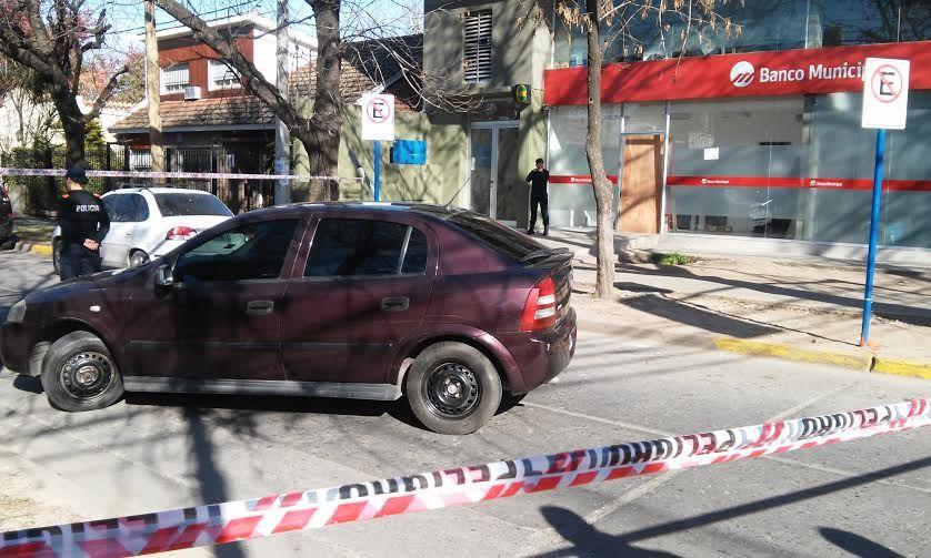 El auto en el que llegaron los asaltantes. Atrás