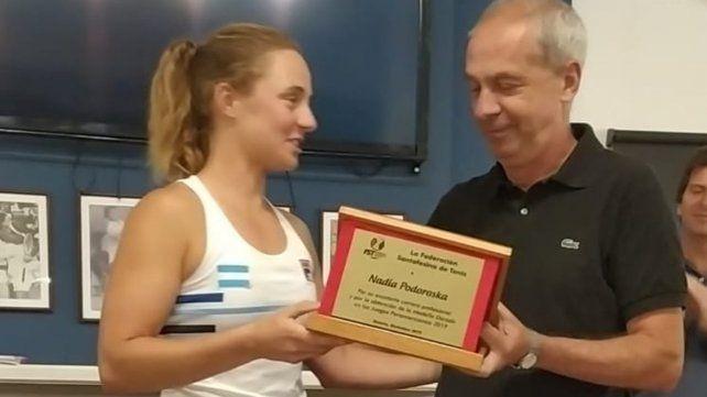 Reconocimiento. La rosarina recibe una plaqueta de la Federación Santafesina.