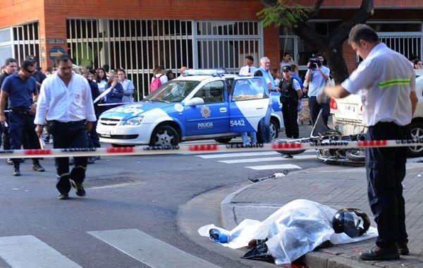 El joven murió en el acto tras el choque con un vehículo que circulaba por San Juan. Luego hubo un choque en cadena. (Foto: Néstor Juncos)