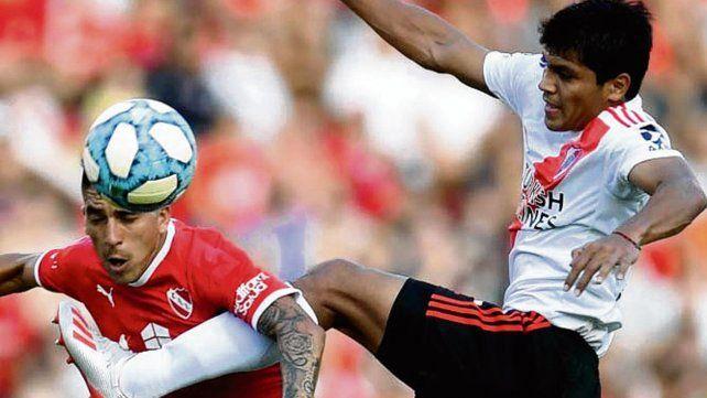 Triunfo millonario. Leandro Fernández y Robert Rojas pelean por el balón.