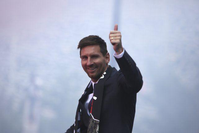 Leo Messi fue ovacionado por los hinchas del PSG tras firmar su contrato con el club.