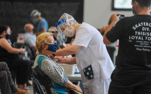 Vacunación de adultos mayores en la ex Rural. Gran cantidad de personas mayores de 70 años acudieron a los galpones de la ex rural para recibir la vacuna rusa Sputnik.