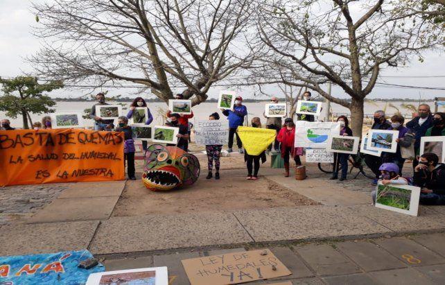 Frente al río. El grupo Paraná No Se Toca protestó en zona norte.
