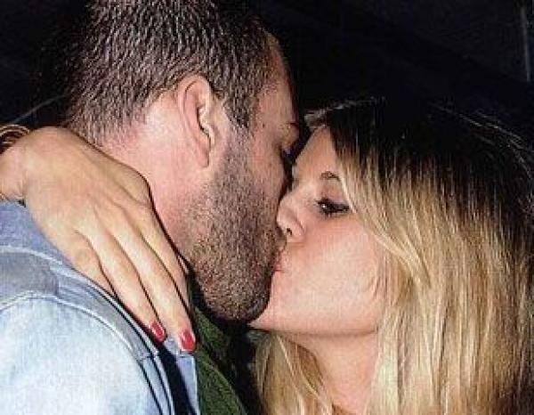 Micaela Tinelli en una fiesta a los besos con un amigo de su cuñado