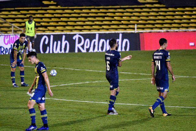 Los futbolistas de Central sufren la derrota contra River