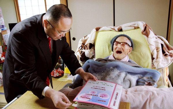 Guinness. A Kimura le muestran una carpeta con mensajes de felicitación.