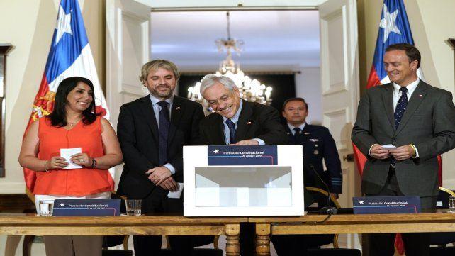 Ceremonia. Piñera votó simbólicamente luego de firmar el decreto.