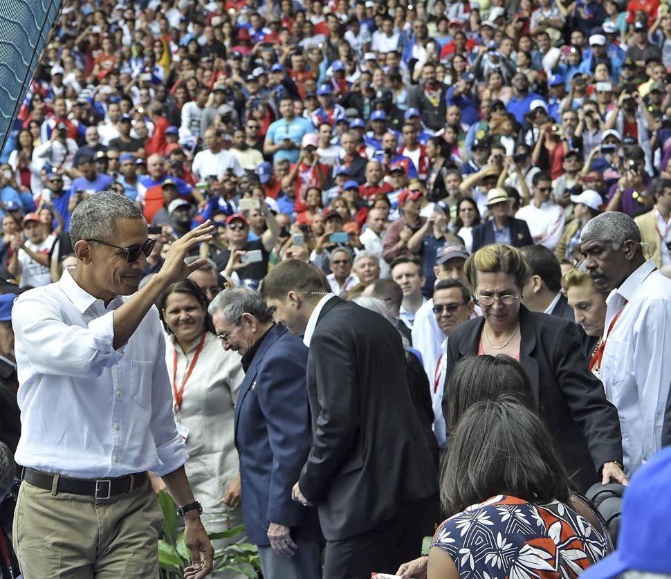 Obama y su familia asistieron a un juego de béisbol entre el equipo nacional de Cuba y los Mantarrayas de Tampa Bay