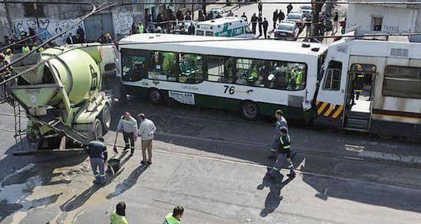 Al menos 90 heridos tras choque de un colectivo, un camión y el Premetro