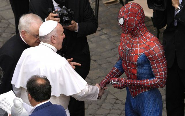 Un hombre vestido como Spider Man saluda al Papa Francisco al final de su audiencia general semanal con un número limitado de fieles en el patio de San Damaso en el Vaticano.