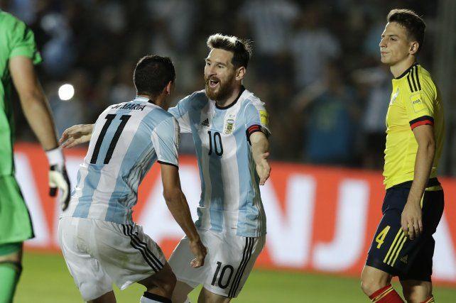 Venga ese abrazo. Messi y Di María celebran un gol argentino. Van por el título esquivo .
