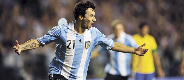 Nacho criollo. Scocco festeja su segundo gol en la victoria de Argentina ante Brasil en La Bombonera. Luego la selección perdería el trofeo en los penales.