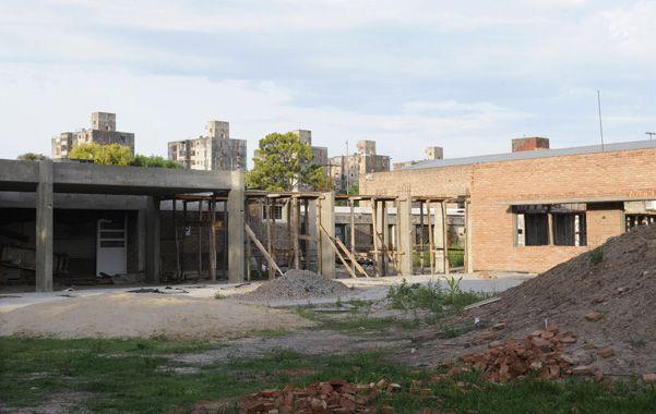 Abandono. Así quedó uno de los patios de la escuela Kennedy después de que la contratista dejara las obras.
