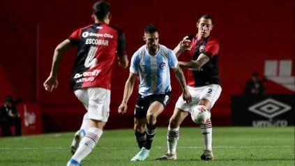 Franco Escobar observar cómo Lema trata de frenar a Avalos. El lateral derecho de Newells debió salir por un dolor en el pie operado en febrero.