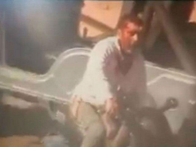 Ira. El asesino huye en moto y es captado por una cámara de seguridad.