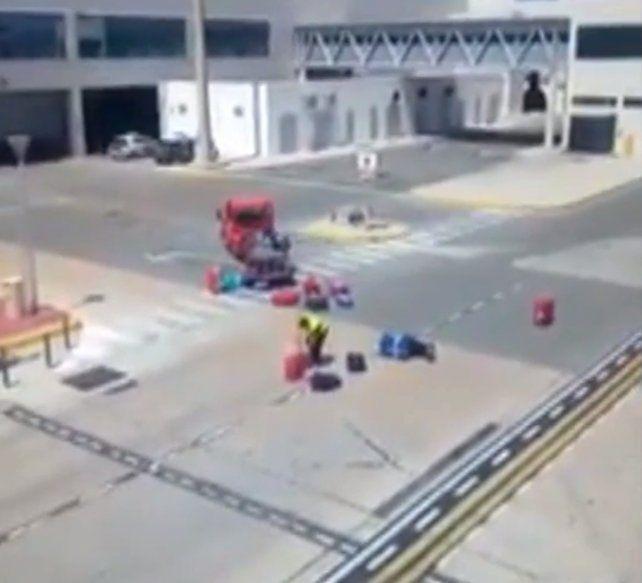 El incidente en el que un empleado arrojó y golpeó las valijas de los pasajeros se registró en Ibiza.