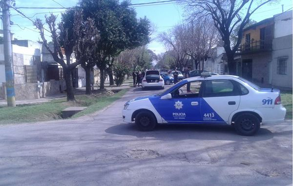 El Audi blanco quedó bloqueado por el Fiesta y el Peugeot en Casilda casi Colombia. (Foto vía Twitter @leodelga2)