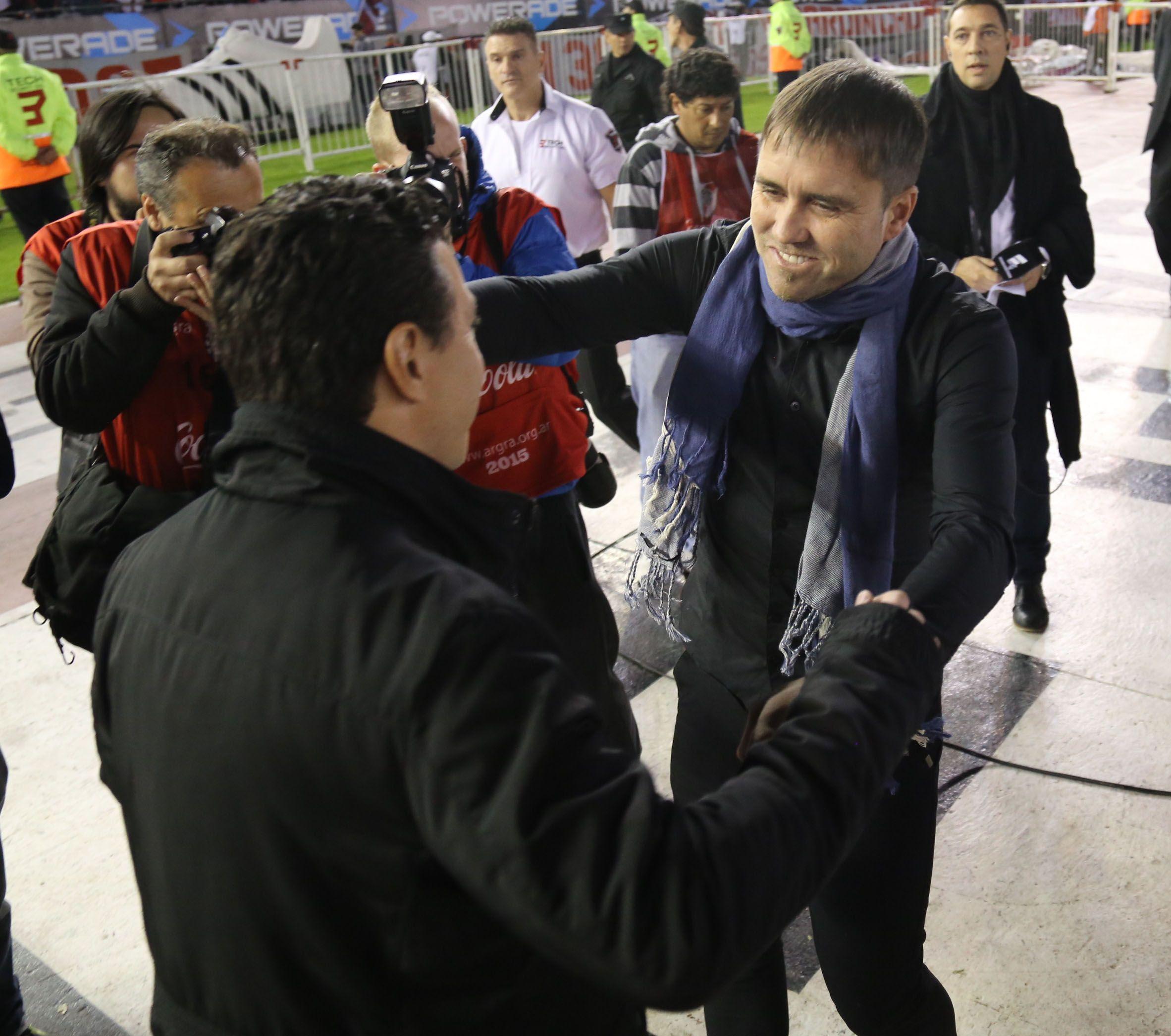 El Chacho se saluda con Gallardo antes del partido. después se quejó de la actuación del árbitro. (Foto: Héctor Río)